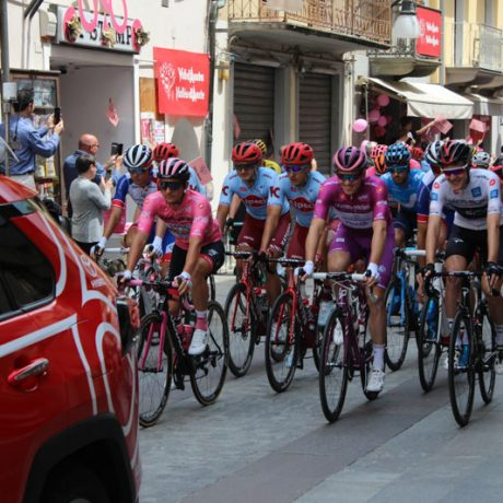 Peloton rolls off at Giro d'Italia