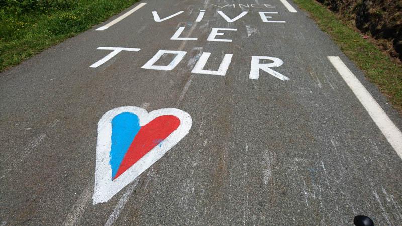 vive le tour de frane graffiti pyrenees